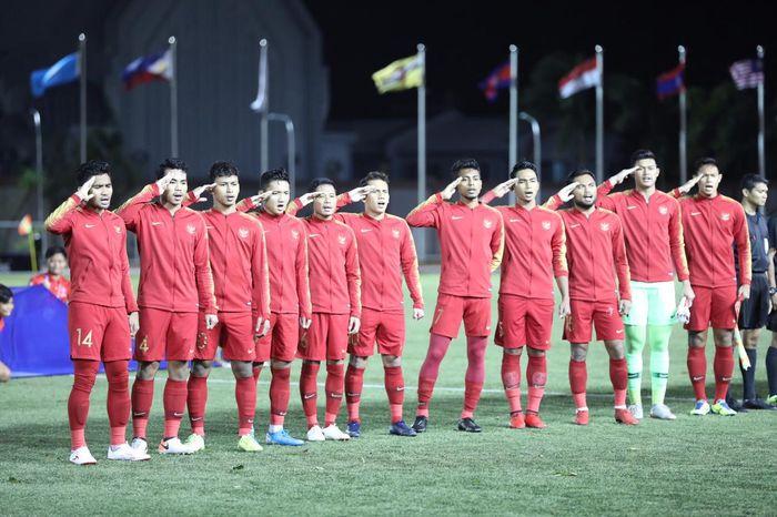 Para pemain Timnas U-22 Indonesia menyanyikan lagu kebangsaan jelang laga Grup B SEA Games 2019 kontra Brunei, Selasa (3/12/2019).