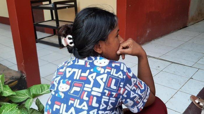 Seorang Ibu Rumah Tangga (IRT) M (36), diduga mengeksploitasi anak saat diamankan di Polsek Panakkukang. (Wiken.id)
