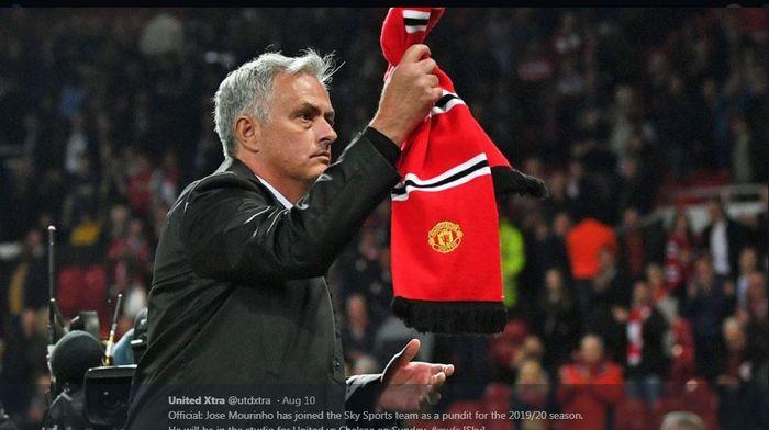 Jose Mourinho memegang syal Manchester United.