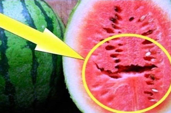 Rongga atau retakan di dalam <a href='https://pontianak.tribunnews.com/tag/semangka' title='semangka'>semangka</a>