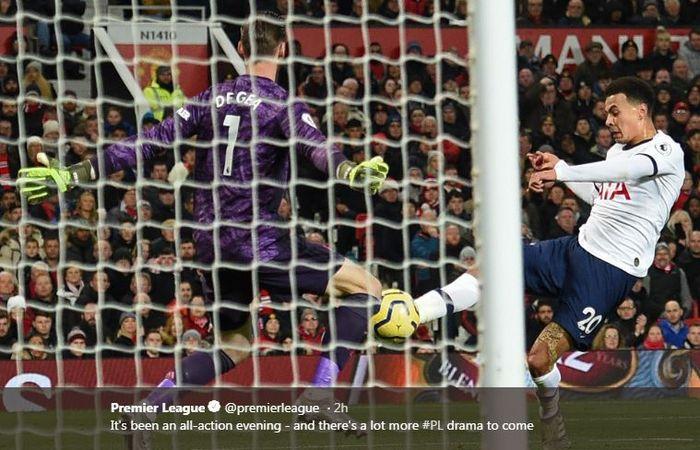 Gelandang Tottenham Hotspur, Dele Alli, mencetak gol ke gawang Manchester United dalam laga Liga Inggris di Stadion Old Trafford, Rabu (4/12/2019).