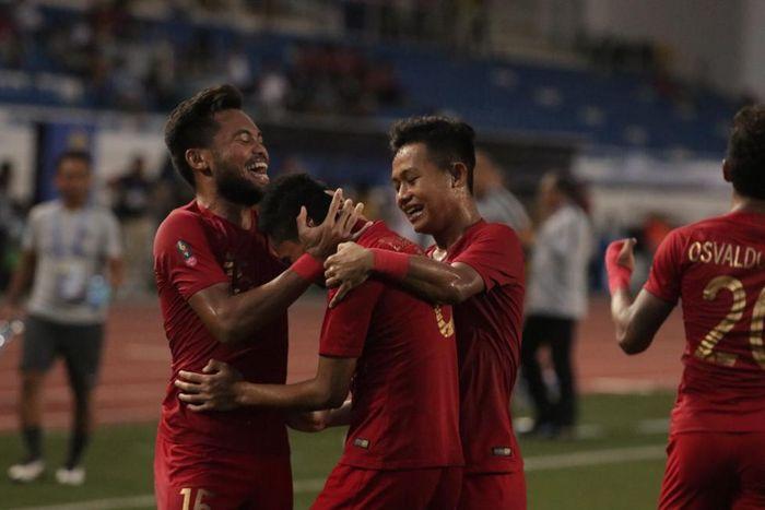 Para pemain timnas U-22 Indonesia merayakan gol Evan Dimas Darmono  ke gawang Myanmar dalam babak semifinal SEA Games 2019 di Stadion Rizal Memorial, Sabtu (7/12/2019)