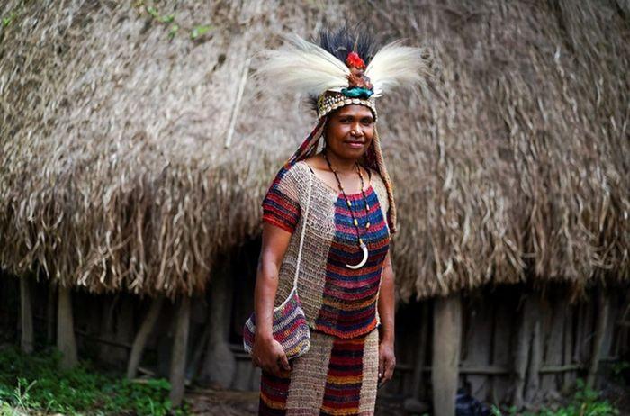 Salomina Pabika memakai pakaian lengkap yang terbuat dari noken di Jalan Anelagak Hotel Jerman, Kampung Yumugima, Distrik Siepkosi, Kabupatten Jayawijaya, Papua.  Dalam bahasa lokal Siepkosi, seni merajut noken ini disebut Suitarekh yang mengandalkan serat dari pohon Digi dan Genemo sebagai bahan baku benangnya.