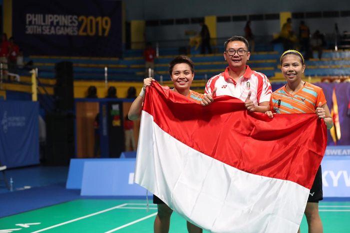 Pasangan ganda putri Indonesia, Greysia Polii/Apriyani Rahayu, berpose bersama sang pelatih, Eng Hian, setelah memastikan meraih medali SEA Games 2019 di Muntinlupa Sports Center, Manila, Senin (9/12/2019).