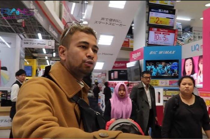 Raffi Ahmad saat mencarikan Iphone 11 Pro untuk karyawannya