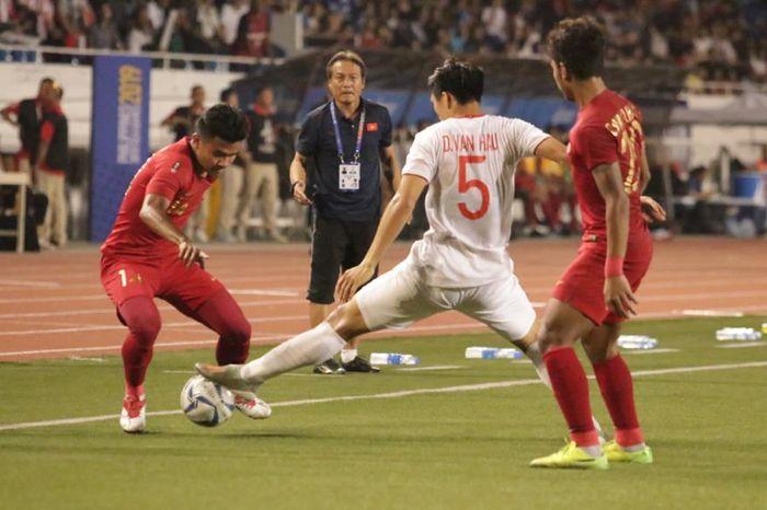 Bek sayap kanan timnas U-22 Indonesia, Asnawi Mangku Alam, mencoba melewati bek sayap Vietnam, Doang Van Hau, pada laga final SEA Games 2019.