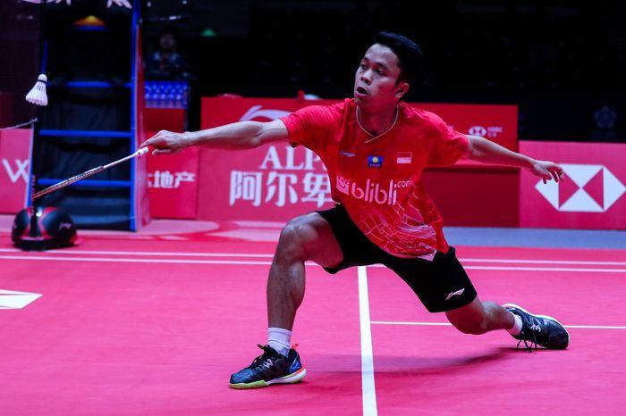 Aksi pemain Indonesia, Anthony Sinisuka Ginting, saat bertanding pada laga perdana BWF World Tour Finals 2019 di Tianhe Gymnasium, Guangzhou, China, Rabu (12/11/2019)