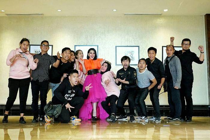 Tampilan Syahrini kenakan dress yang sama persis dengan Soimah, rancangan Renzi Lazuardi