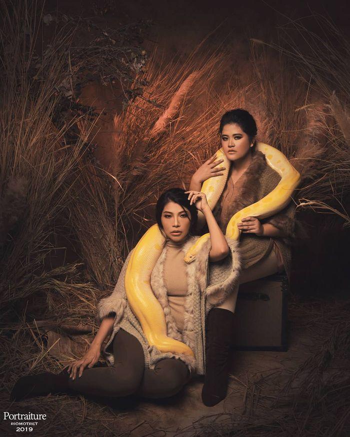 Tampilan putri Jokowi Kahiyang Ayu berfoto bersama ular boa raksasa