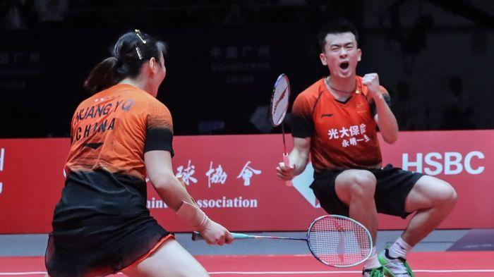 Pasangan ganda campuran China, Zheng Siwei/Huang Yaqiong, merayakan kemenangan pada matchday 3 Grup B BWF World Tour Finals 2019 di Tianhe Gymnasium, Guangzhou, China, Jumat (13/12/2019)