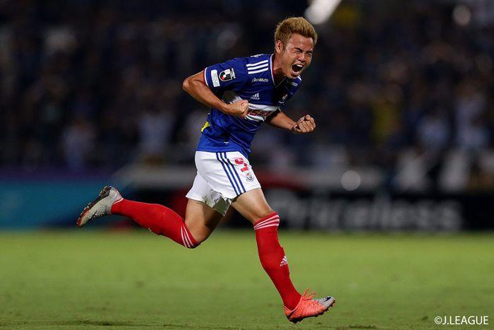 Theerathon Bunmathan ketika berhasil mencetak gol untuk Yokohama F Marinos di J League.