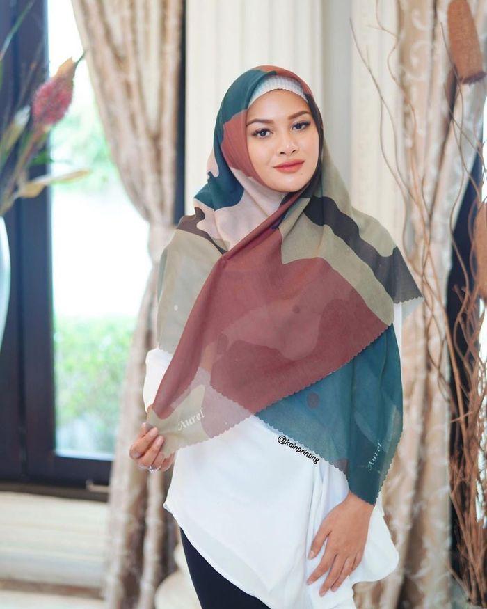 Aurel Hermansyah dengan balutan hijab