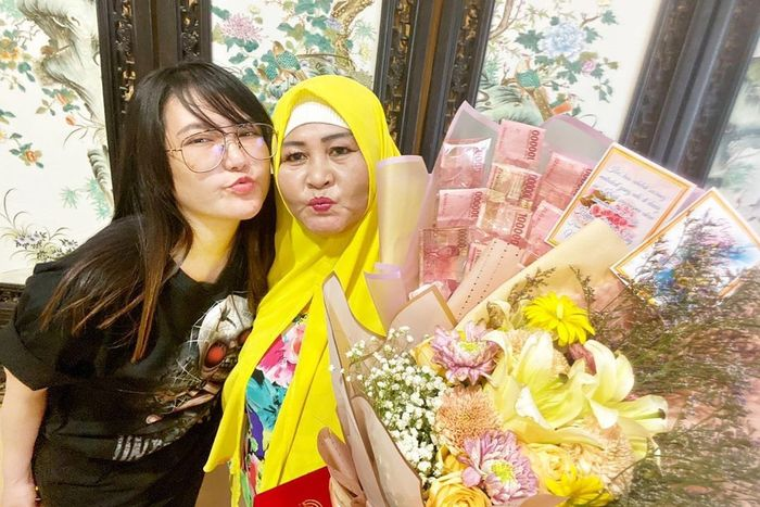 Buket bunga berisi uang jutaan rupiah yang jadi hadiah Hari Ibu dari Via Vallen