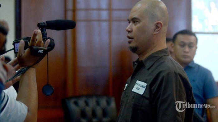 Terdakwa kasus dugaan pencemaran nama baik, Ahmad Dhani Prasetyo usai mengikuti sidang di Pengadilan Negeri Surabaya, Kota Surabaya, Jawa Timur, Selasa (11/6/2019). Majelis Hakim menjatuhkan hukuman satu tahun penjara kepada terdakwa Ahmad Dhani Prasetyo.