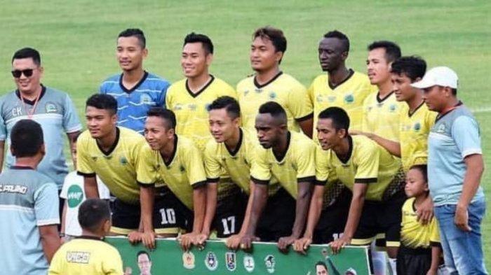 Foto yang menunjukkan pemain Arema, Ricky Kayame dan Makan Konate berfoto sebelum pertandingan turnamen lokal, Bupati Cup IV di Tuban, JAwa Timur.
