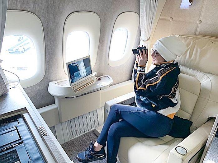 Syahrini berpose di dalam jet pribadi