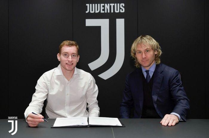 Dejan Kulusevski bersama Pavel Nedved saat menandatangani kontrak baru di Juventus.