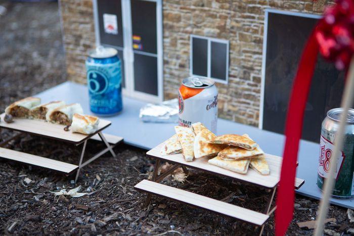 Dua meja piknik di restoran mini tersebut