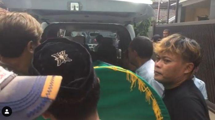Jenazah Lina digotong masuk ke ambulans