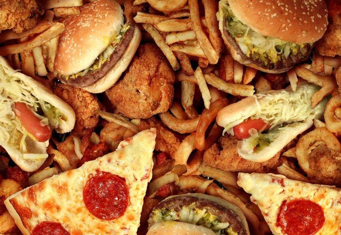 Makanan berlemak dapat menyebapkan kulit wajah berminyak dan berjerawat