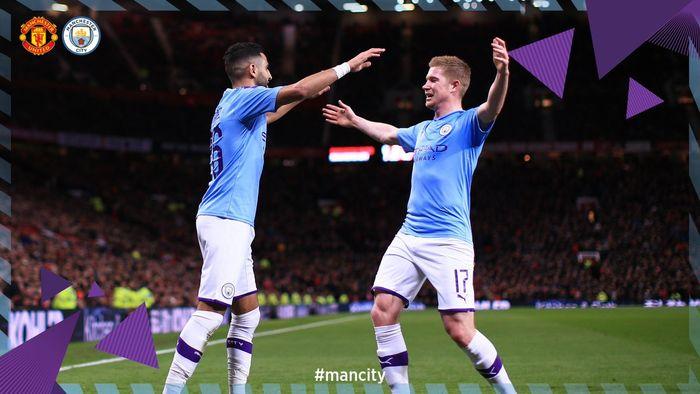 Penyerang Manchester City, Riyad Mahrez (kiri), merayakan golnya bersama Kevin De Bruyne dalam laga leg pertama semifinal Piala Liga Inggris di Stadion Old Trafford, Selasa (7/1/2020).