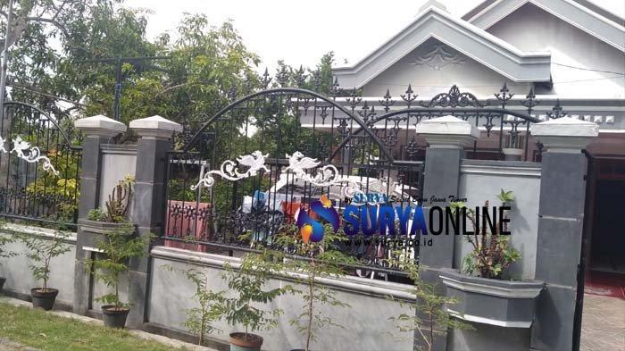 Saat Surya.co.id mendatangi kediaman Evan Dimas Minggu (12/1/2019), spanduk tersebut ternyata telah dilepas.