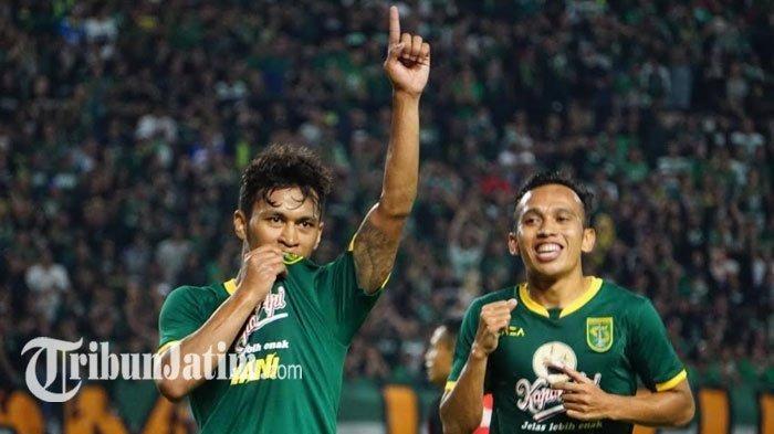 Osvaldo Haay melakukan selebrasi dengan mencium logo Persebaya di jerseynya seusai cetak gol ke gawang Persis Solo di Stadion Gelora Bung Tomo, Sabtu (11/1/2020).