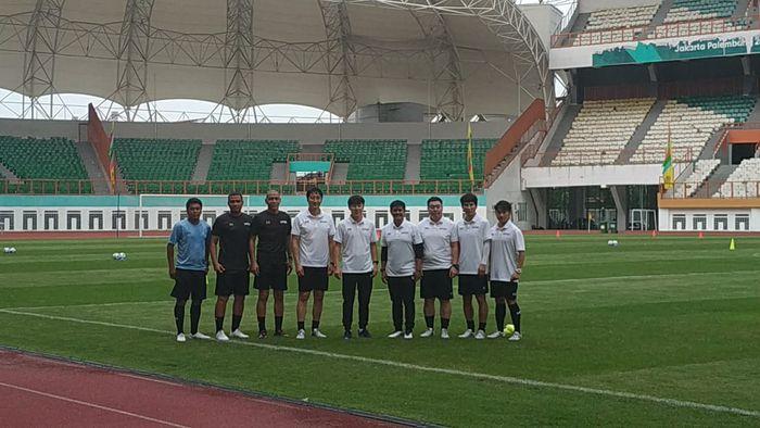 Shin Tae-yong dan Jajaran pelatih Timnas Indonesia di Stadion Wibawa Mukti, Cikarang, Senin (13/1/2019).