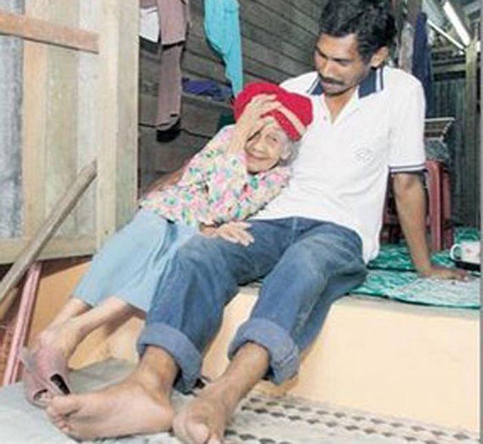 Foto mesra nenek Kundor dan suaminya.