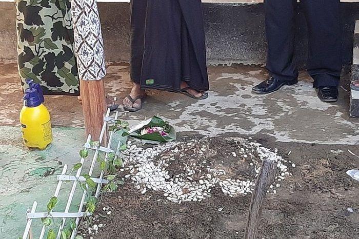 Gundukan tanah di rumah kontrakan Raja Keraton Agung Sejagat di RT 05/RW 04 Dusun Berjo Kulon, Desa Sidoluhur, Kecamatan Godean, Kabupaten Sleman yang ternyata sebuah makam. Di lokasi itu dimakamkan janin dari Fanni Aminadia.