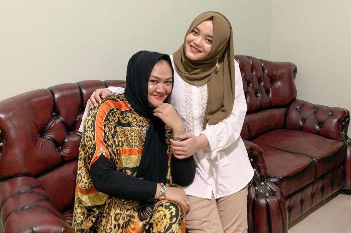 Putri Delina dan sang ibunda, Lina Jubaedah.