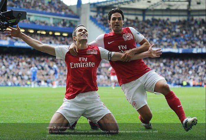 Mikel Arteta (kanan) dan Robin van Persie merayakan gol Arsenal ke gawang Chelsea dalam partai Liga Inggris di Stamford Bridge, London, 29 Oktober 2011.