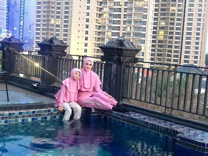 Penampilan Mulan Jameela istri Ahmad Dhani yang tetap terlihat syar'i walau memakai baju renang