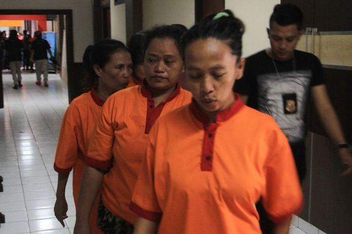 Tersangka Darmini, ibu yang tega menjual anak yang baru dilahirkannnya saat di giring ke Polrestabes Palembang, Senin (20/1/2020).