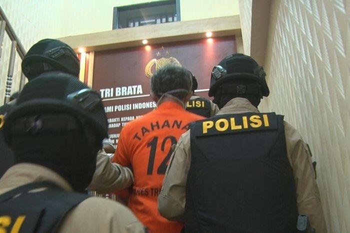 Pelaku persetubuhan terhadap kedua anak kandung di Trenggalek Jawa Timur, ketika dibawa Tim taktis Jalu Crime Squad Polres Trenggalek (22/01/2020).