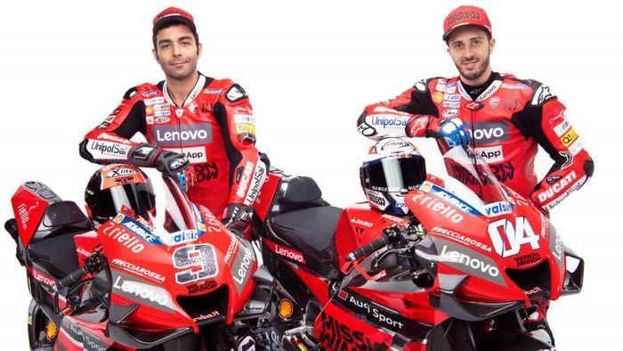 Andrea Dovizioso (kanan) dan Danilo Petrucci dalam tampilan baru tim Ducati untuk MotoGP musim 2020.