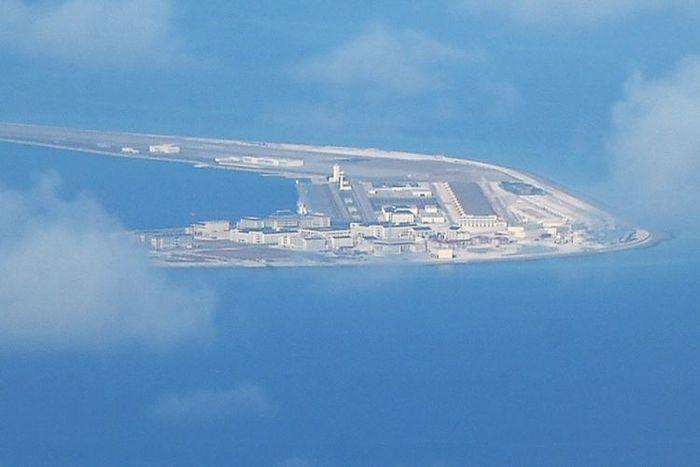 Foto udara daratan buatan China, Karang Subi di Kepulauan Spratly di Laut Cina Selatan. AS menyebut Beijing akan membangun tujuh pangkalan militer di jalur laut yang disengketakan.