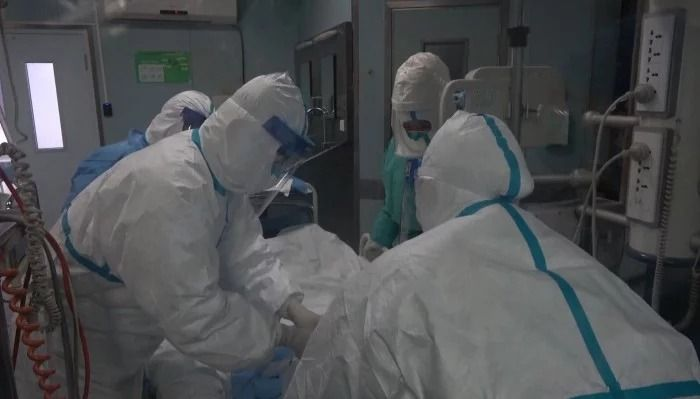 Staf medis tangani pasien virus corona.