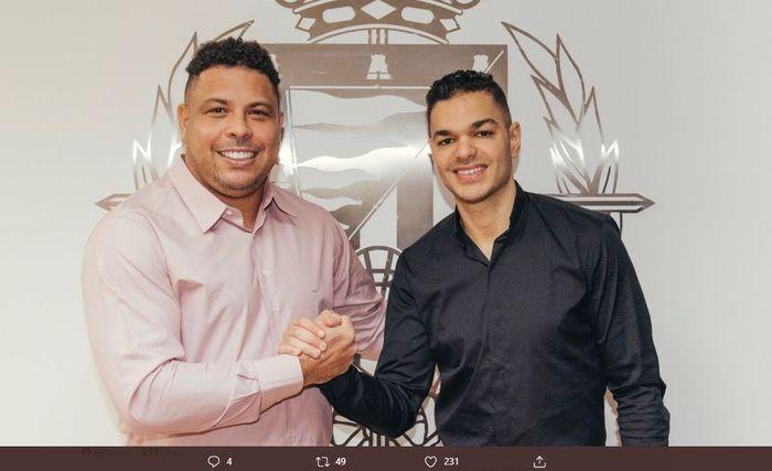 Pemilik Real Valladolid, Ronaldo Nazario, berpose bersama Hatem Ben Arfa yang mereka datangkan dengan status pinjaman.