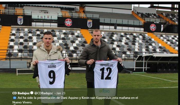 Kevin van Kippersluis (kanan) saat diperkenalkan sebagai pemain Badajoz.