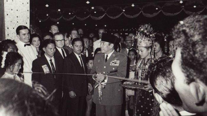 Soekarno dalam pembukaan hotel di Indonesia.