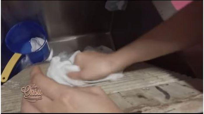 Papan cuci sederhana yang dipakai Sarwendah mencuci baju