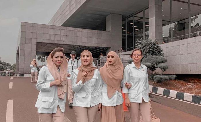 Penampilan modis Mulan Jameela pakai hijab jadul