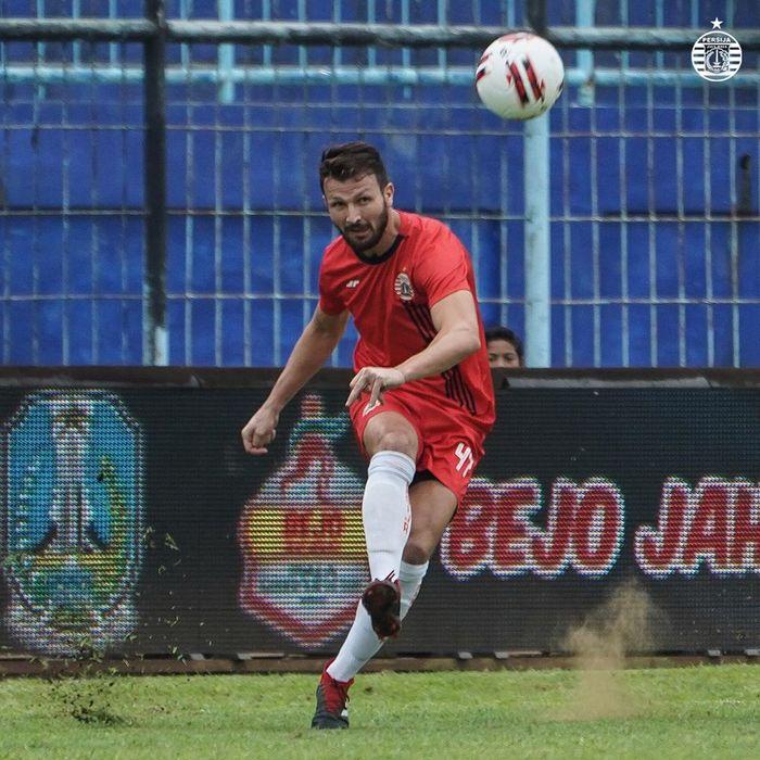 Aksi Marco Motta dalam laga Persija Jakarta kontra Persela Lamongan di Piala Gubernur Jatim 2020, Selasa (11/2/2020).