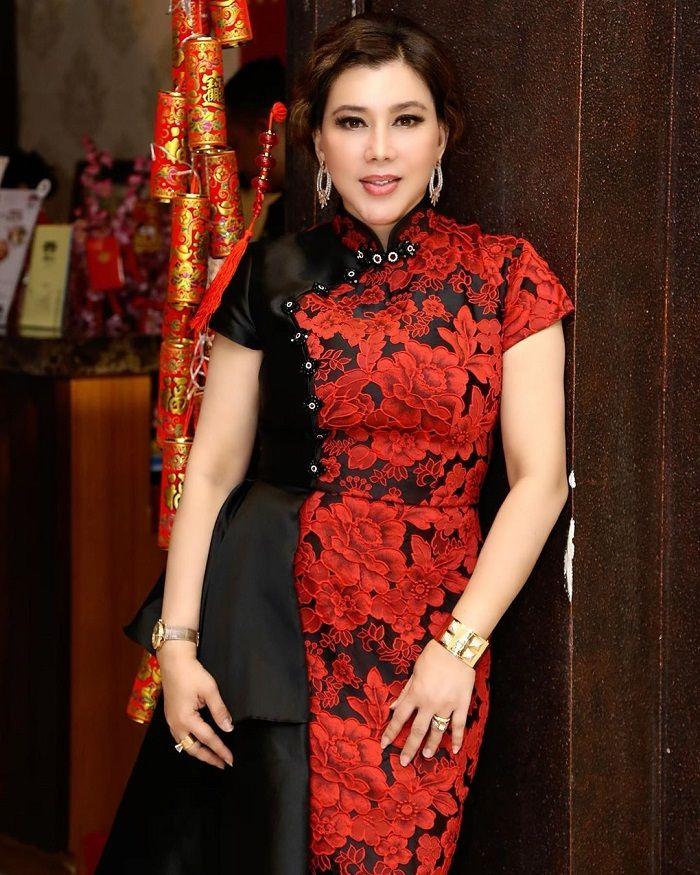 Penampilan asisten pribadi Hotman Paris, Nurbaeny Janah berbalut cheongsam merah.