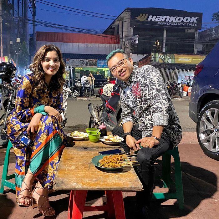 Gak Gengsi Makan di Pinggir Jalan, Ini Penampilan Ashanty Duduk di Kursi Plastik Pakai Dress dan Sepatu Heels