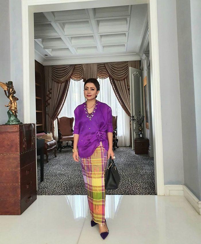 Mayangsari berbalut baju bodo khas Bugis untuk hadiri pernikahan Danny Rukmana