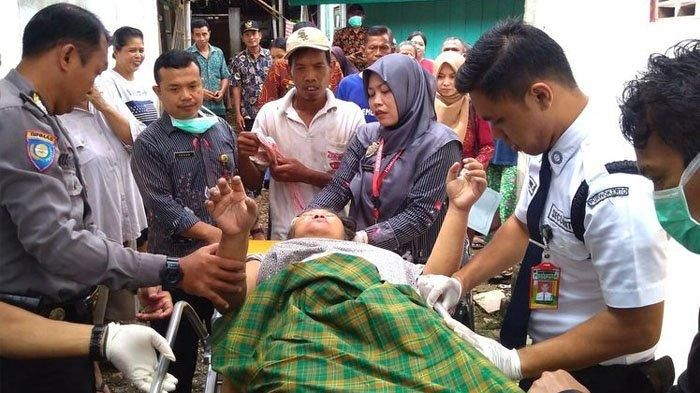 Petugas Puskesmas Jatilawang merujuk pasien ODGJ di Desa Tunjung, Kecamatan Jatilawang, Kabupaten Banyumas, Jawa Tengah, Selasa (11/2/2020)