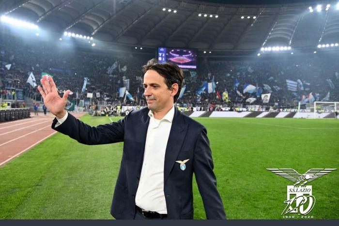 Pelatih Lazio, Simone Inzaghi, melambai kepada suporter.