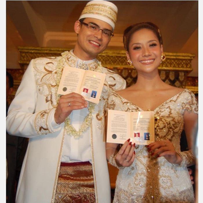 Penampilan serasi Bunga Citra Lestari (BCL) dan Ashraf Sinclair saat momen pernikahan kenakan busana serba putih yang serasi